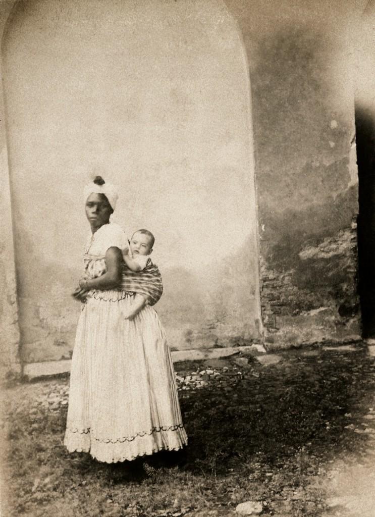 Negra com uma criança branca nas costas, Bahia, 1870. (Acervo Instituto Moreira Salles).