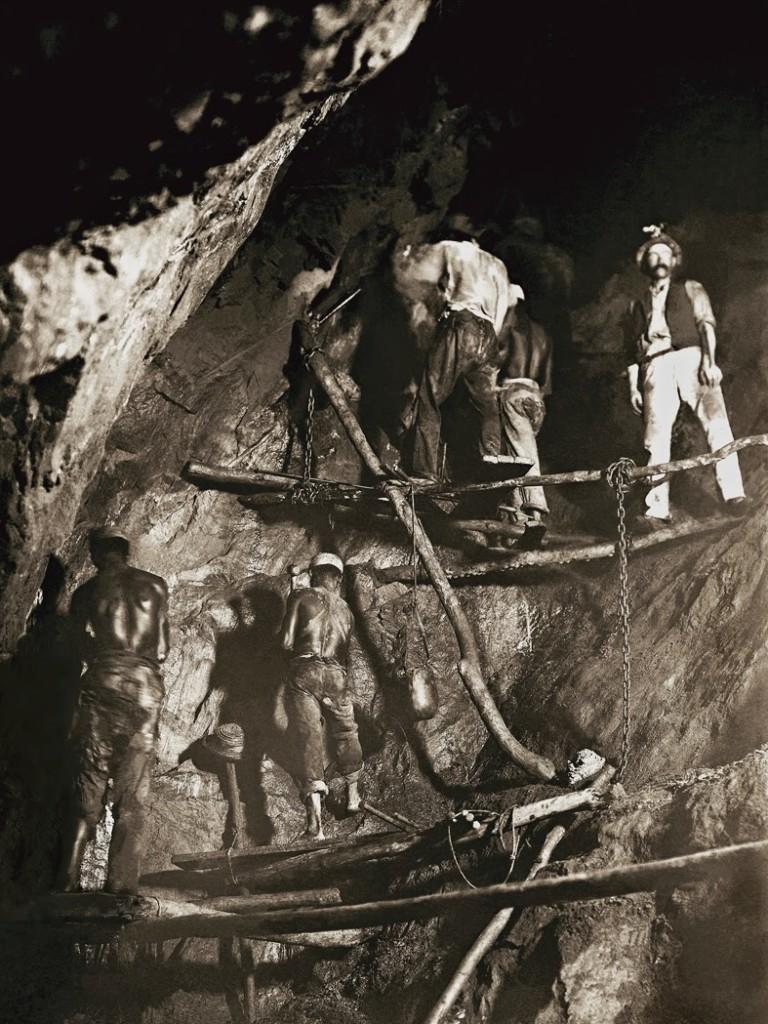 Primeira foto do trabalho no interior de uma mina de ouro, 1888, Minas Gerais. (Marc Ferrez/Acervo Instituto Moreira Salles).