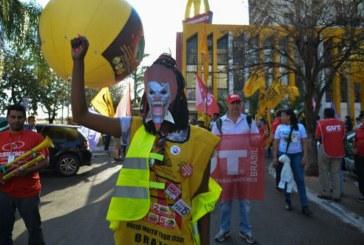 Representantes de 20 países protestam em Brasília contra McDonald's