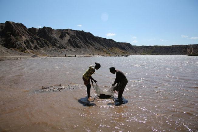Mulheres realizam atividade de mineração artesanal Fotografia: Anistia Internacional.