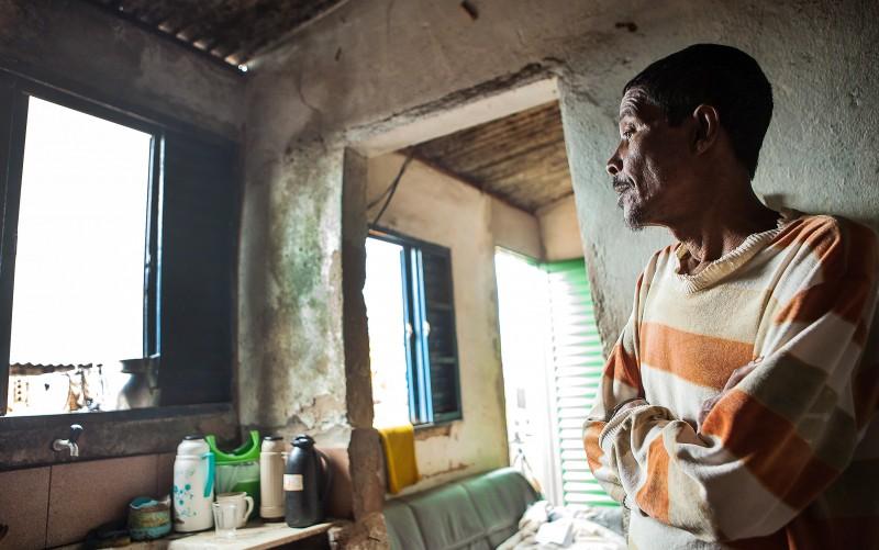 Francisco Paulo Pereira aplicava agrotóxicos sem equipamento de proteção. Fotografia: Lilo Clareto
