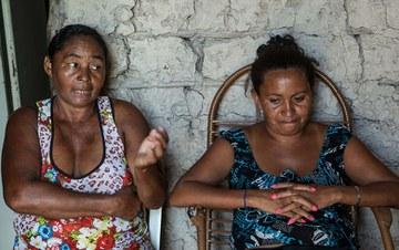 'Um dia tem só arroz, outro dia não tem nada pra comer', conta Andreia (dir.) ao lado de sua mãe, Tereza (esq.). Foto: Lilo Clareto/Repórter Brasil.
