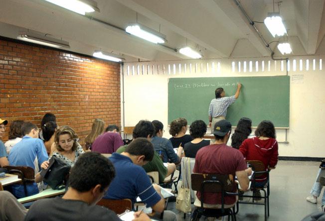 Professores podem adoecer por falta de organização no trabalho, diz médica
