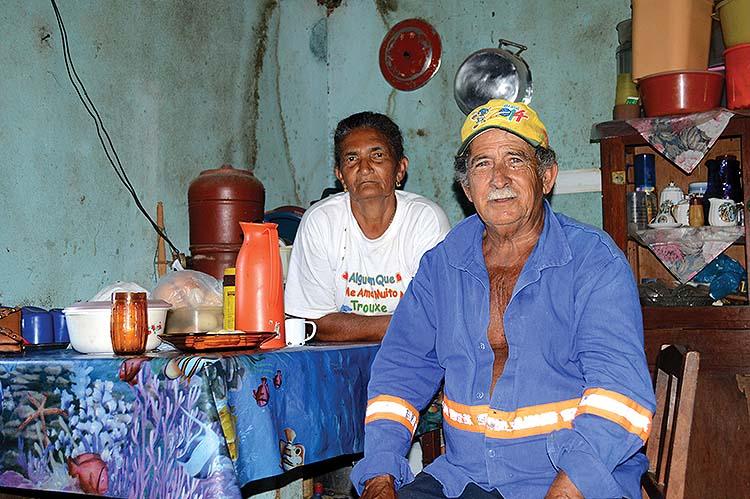 Ana e Ulisses pagam as contas com a aposentadoria; se diminuir, terão de voltar a trabalhar. Fotografia: Rangel Moreira/RBA