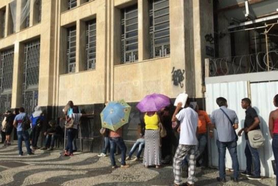'A gente se sente jogado às traças': os relatos da fila do desemprego no Rio em crise