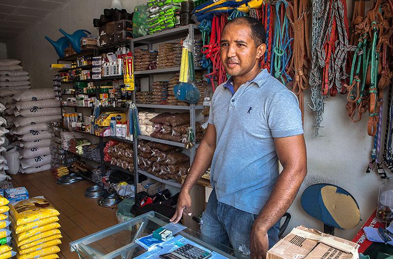 As vendas do comerciante João Batista Oliveira aumentam 40% na época do pagamento das aposentadorias. Foto: Repórter Brasil.