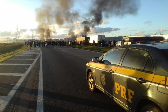 Manifestantes bloqueiam a BR-277, na altura do quilômetro 69, em São José dos Pinhais, no Paraná. Foto: Eric Zardo/Divulgação PRF.