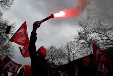 Onda de greves desafia projeto de Macron na França
