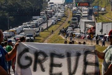 Paralisação de caminhoneiros é um misto de greve e locaute, diz sociólogo do trabalho