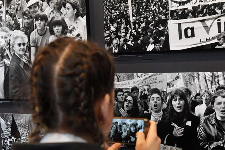 Uma visitante fotografa as imagens da exposição 'Dreamers - 1968: how we were, how we will be', na Itália. Fotografia: Andreas Solaro/AFP/Getty Images