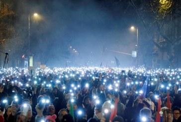 """""""Eles não param de aprovar leis estúpidas"""": protestos contra medidas de Orban continuam na Hungria"""