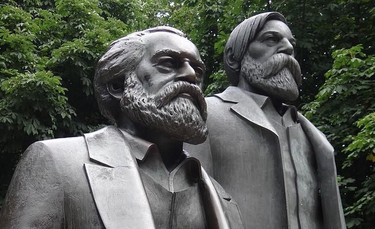 768px-Statues_of_Karl_Marx_and_Friedrich_Engels_-_Near_Alexanderplatz_-_Eastern_Berlin_-_Germany11