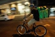 Dormir na rua e pedalar 12 horas por dia: a rotina dos entregadores de aplicativos