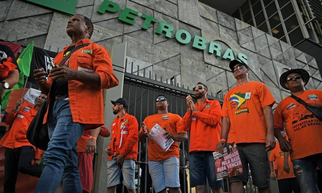 x87075161_Demonstrators-protest-against-layoffs-during-a-strike-outside-Brazils-state-owned-oil-comp.jpg.pagespeed.ic.hpO8smWsWb